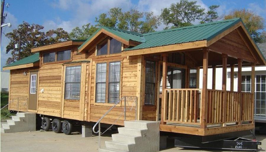 移动木屋,如同字面上的意思,是可以移动的木屋建筑,有木制结构建筑的一些特点的同时又具备了可以移动的属性。木制建筑从最初作为避难所的树屋发展到如今的风格多样,作用多样,酒店、度假村、教堂都是现在木质结构常见的形式,而后来,随着人们生活方式的变化,木屋的形式也随之有了进一步变化,不再是停留在固定的地方,而是出现了移动木屋,比如移动木制房车、移动木屋别墅。  移动木屋价格不像自驾营地房车那样动辄几十万,移动木屋价格几万到几十万不等,一般的小移动木屋,几万块就可以,这是移动木屋相对于其他的移动式建筑来说所拥有的小